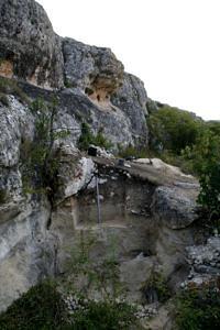 Ausgrabungsschnitt an einer Felswand