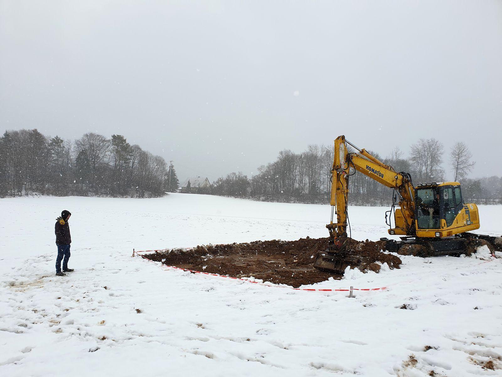 Grabungsleiter M. Rodens überwacht die Freilegung des im letzten Sommer konservierten Hügels 4.