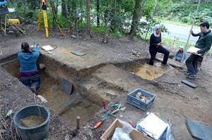 Troisdorf-Ravensberg. Ausgrabung am Rande der Niederrheinischen Bucht im Jahr 2015. Hier haben Neandertaler den lokal vorkommenden Quarzit einer kritischen Qualitätsprüfung unterzogen (© Andreas Pastoors).
