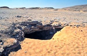 Djara, Abu-Muharik-Plateau. Eingang zur Tropfsteinhöhle in Djara im Jahr 1999 (© Andreas Pastoors).