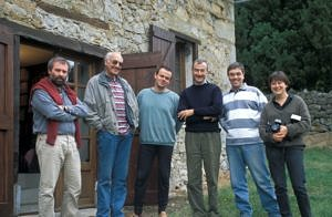 Pujol, Montesquieu-Avantès. Vor der Bibliothek im Jahr 1995 (von links nach rechts): Gilles Tosello, Jean Clottes, Andreas Pastoors, Robert Bégouën, François Faist und Carole Fritz (© Association Louis Bégouën).