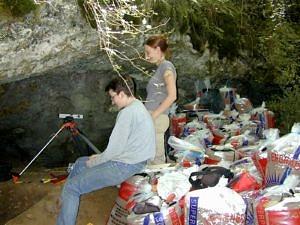 Abri du Rhinocéros. Situation der Ausgrabung im Jahr 2002 (© Association Louis Bégouën).